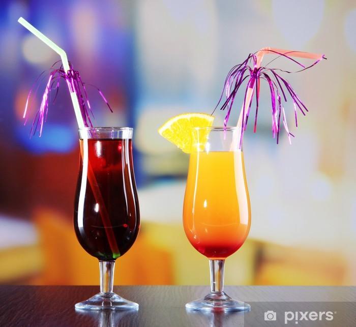 Plakát Sklenice chutných koktejlů na světlé pozadí - Ovoce