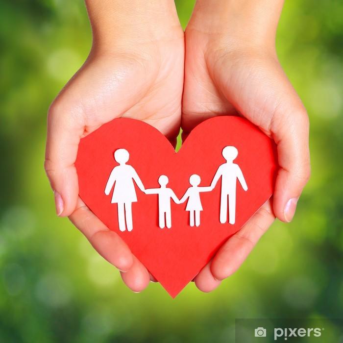 Pixerstick Dekor Papper familj och hjärta i händer över grön Sunny bakgrund - Familjeliv