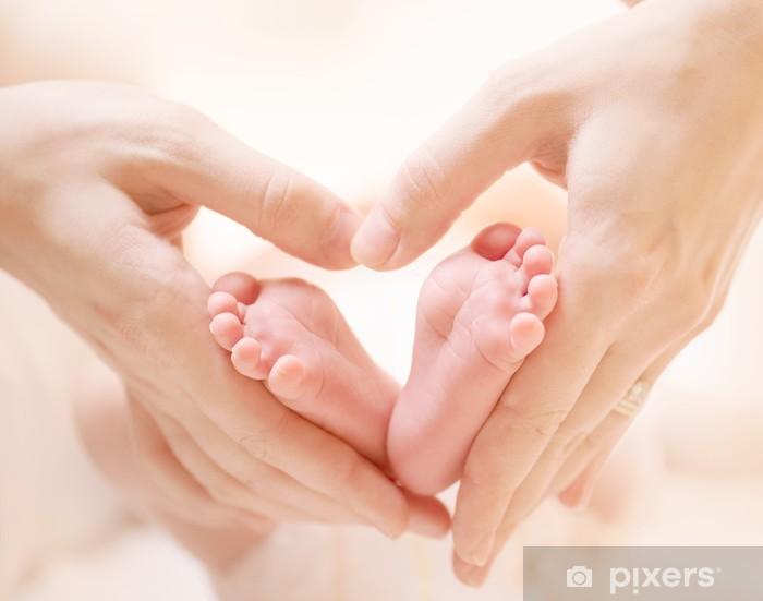 Pixerstick Dekor Tiny Nyfött barn fötter på kvinnliga Heart Shaped händer närbild - Bebisar