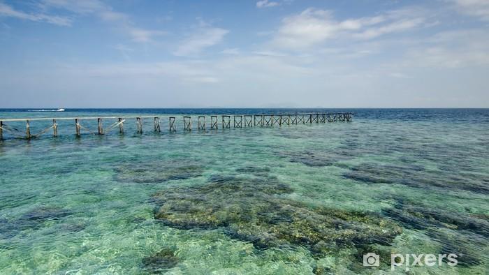 Fototapeta winylowa Widok starego rozbitego molo podczas słoneczny dzień z korali i zielone s - Wyspy