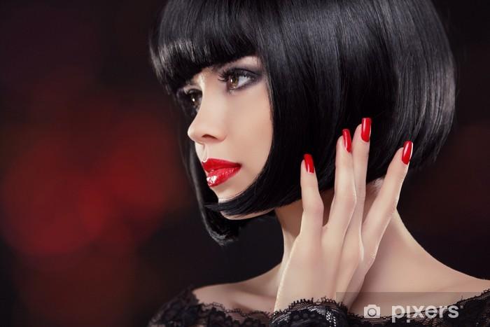 Papier peint vinyle Brunette femme Portrait. Style de cheveux courts noir. Ongles manucurés - Femmes