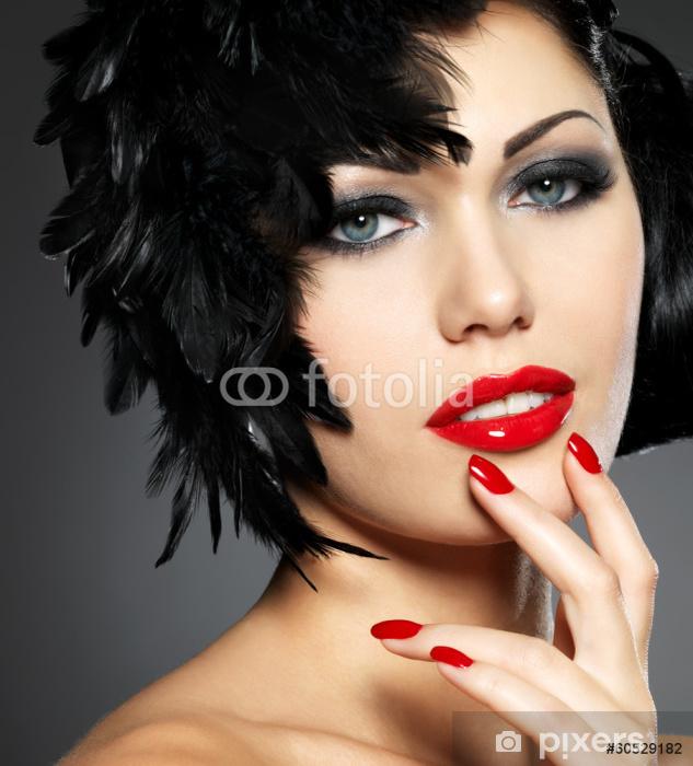 ffba17efcc Fotomural Estándar La mujer con las uñas de color rojo y el peinado creativo