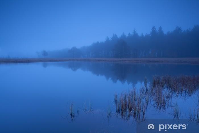 Fototapeta winylowa Mglisty zmierzch nad jeziorem - Woda