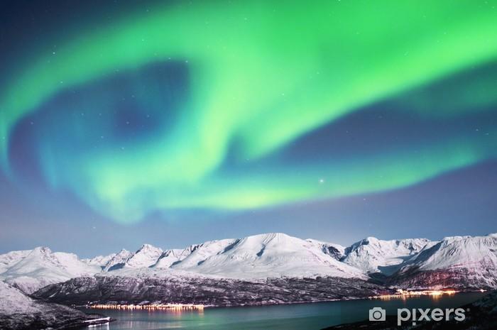 Fototapeta winylowa Zorza polarna nad fiordy w Norwegii Północnej. - Tematy