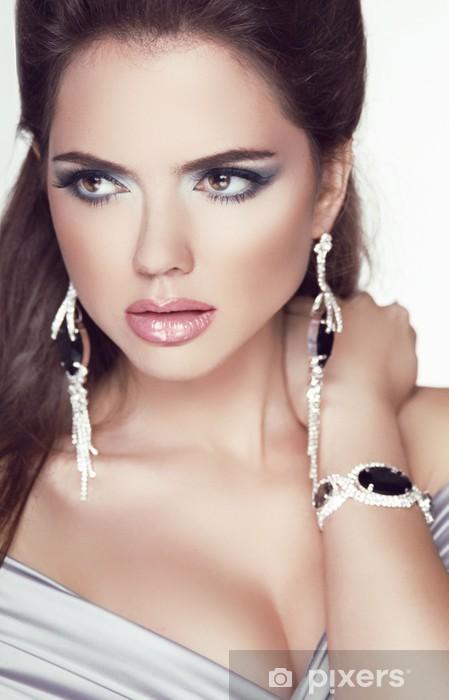 Fototapet av Vinyl Skönhet glamour brunett kvinna porträtt. Trendig mode  smycken a 8b3e533e9a83c