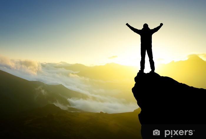 Vinylová fototapeta Silueta vítěze na vrcholu hory. Aktivní pojetí života - Vinylová fototapeta