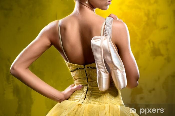 Fototapet av Vinyl Ballerina med pointe skor mot föråldrade vägg bakgrund - Kvinnor