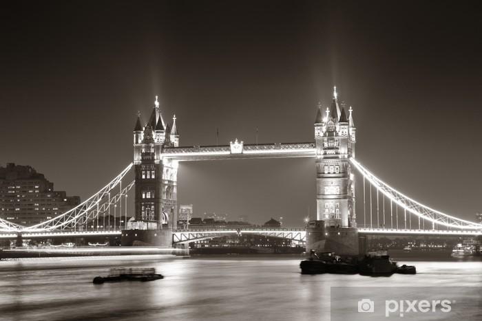 Fototapeta winylowa Tower Bridge nocą w bieli i czerni -