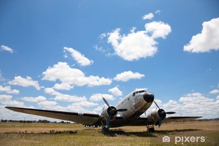 Zelfklevend Fotobehang Oude Douglas DC-3 vliegtuig. - Lucht