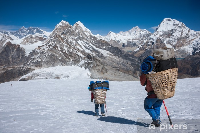 Papier peint vinyle Porter transport de charges lourdes dans l'Himalaya du Népal - Thèmes