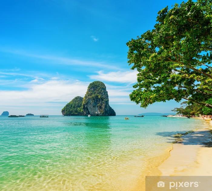 Naklejka Pixerstick Czysta woda i błękitne niebo. Phra Nang Beach, Tajlandia - Azja
