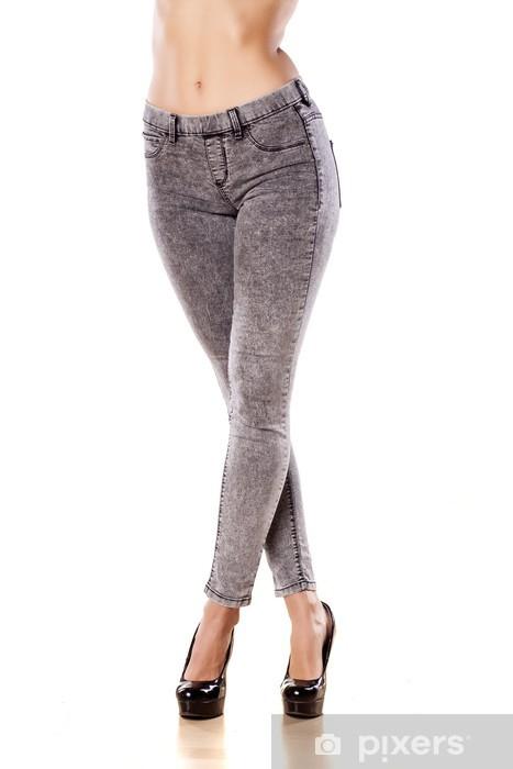 64c1cb6260b181 Vinyl Fotobehang Mooie vrouwelijke benen in strakke jeans op witte  achtergrond - Thema's