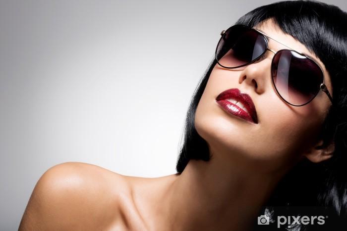 f165561549 Vinilo Hermosa mujer morena con el peinado de tiro con gafas de sol rojas  Pixerstick