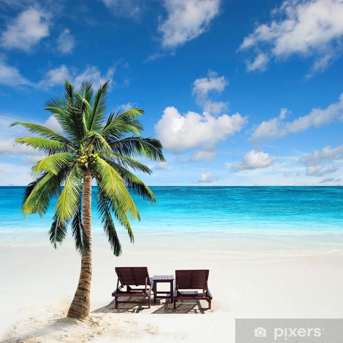 Poster Entspannen unter einer Palme auf entfernten Strand. • Pixers® - Wir leben, um zu verändern