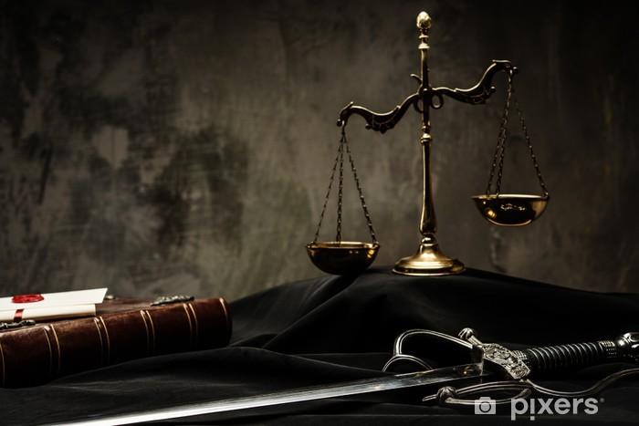 Fototapeta winylowa Wagi, Książka i Miecz Sprawiedliwości na płaszczu sędziego w - Sprawiedliwość