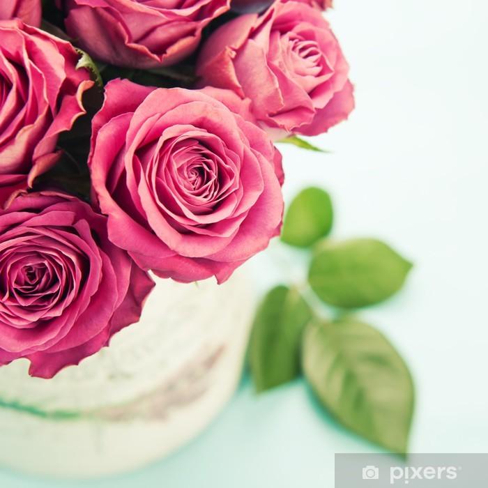 Naklejka Pixerstick Bukiet pięknych róż na jasnoniebieskim tle, stonowanych. - Kwiaty