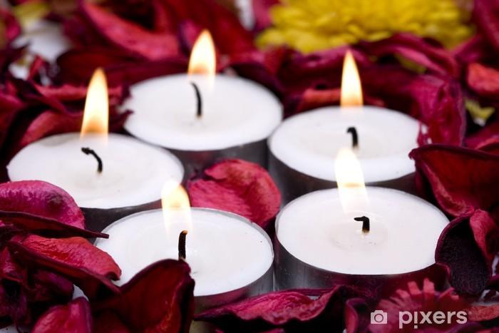 Vinyl Fotobehang Rij van kaarsen met rode rozenblaadjes (ondiepe DOF) - Bestemmingen