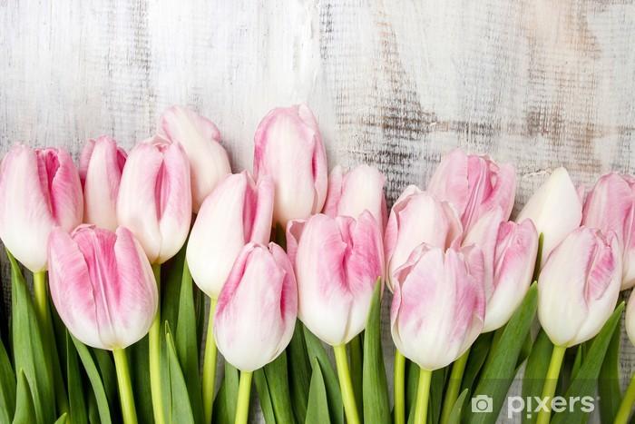 Vinilo Pixerstick Hermosa rosa y tulipanes blancos sobre fondo de madera. Copie el espacio - Temas