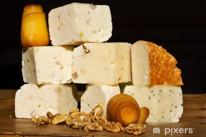 Papier peint vinyle Collecte de fromage aux noix sur une table en bois - Thèmes