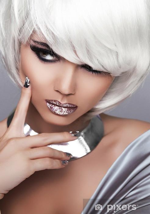 Naklejka Pixerstick Moda Dziewczyna Blond. Uroda portret kobiety. Białe krótkie włosy. Seks - Moda