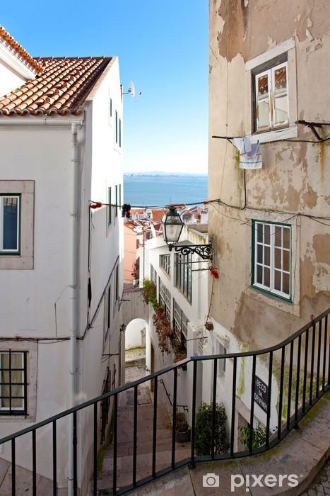 Fototapeta winylowa Jednym z wąskich uliczek Alfama w Lizbonie - Zabytki