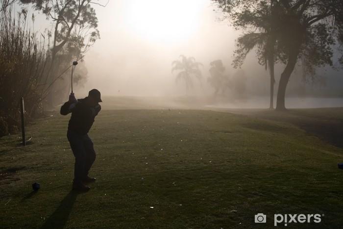Vinyl-Fototapete Am frühen Morgen Golfer in einem dichten Nebel Silhouette - Leistung und Erfolg