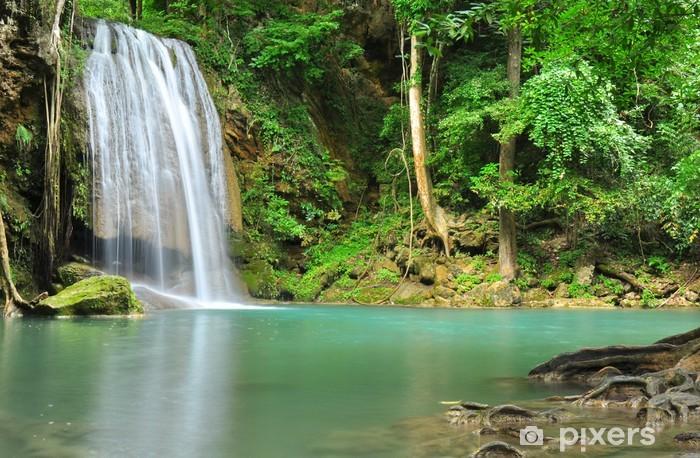 Grønt vandfald i tropisk regnskov Vinyl fototapet -