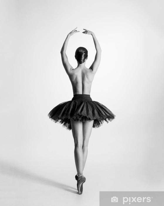 Papier peint vinyle Trace en noir et blanc d'un danseur de ballet seins nus - Sous-vêtements