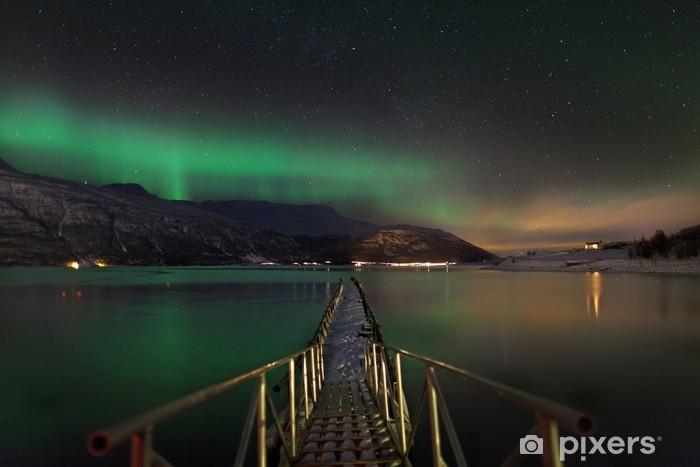 Fototapeta winylowa Aurora borealis nad norweski fiord - Tematy