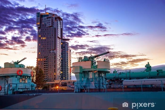 Papier peint vinyle Navire de guerre au coucher du soleil dans le port de Gdynia, en Pologne. - Europe
