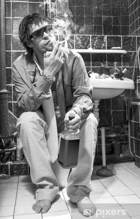 Papier peint vinyle L'homme ivre se trouve dans une toilette avec une bouteille d'alcool - Addiction