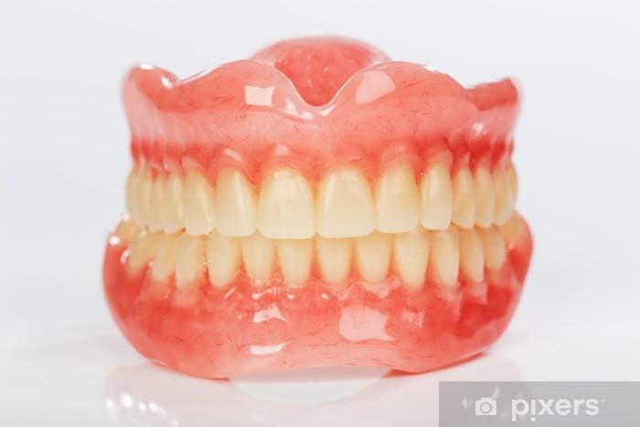 Papier peint vinyle Une série de prothèses dentaires sur un fond blanc brillant - Santé et médecine