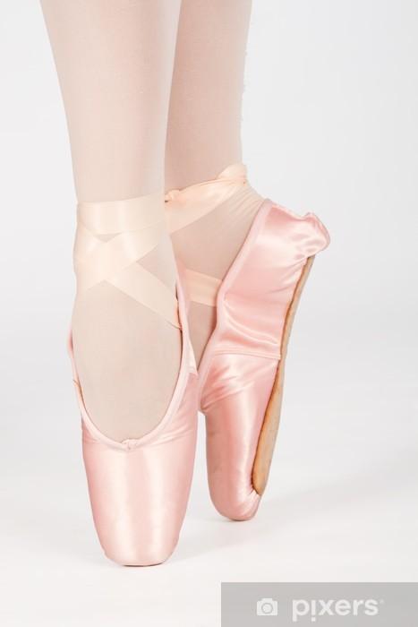 Papier peint vinyle Un danseur de ballet, debout sur les orteils tout en dansant convers artistique - Personnes