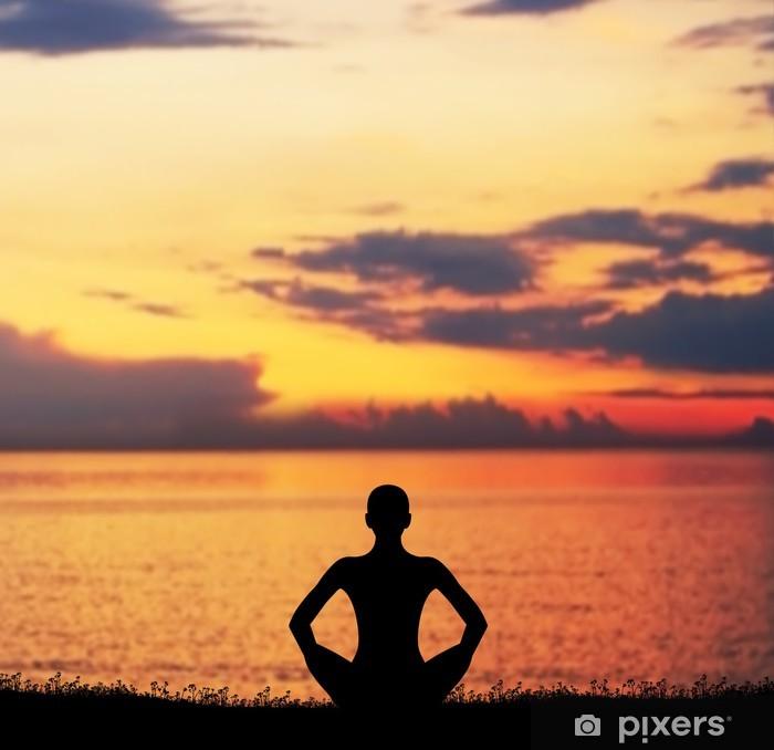 Klesskapklistremerke Solnedgang meditasjon. Silhuett av en kvinne som gjør yoga trening. - Hus og Hage