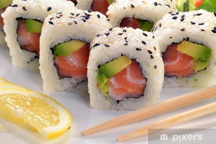 Papier peint vinyle Rouleau de sushi de saumon à l'avocat, la nourriture japonaise. - Sushi