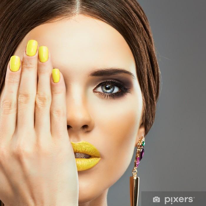 Fototapeta winylowa Żółte paznokcie i usta. Piękna kobieta - Kobiety