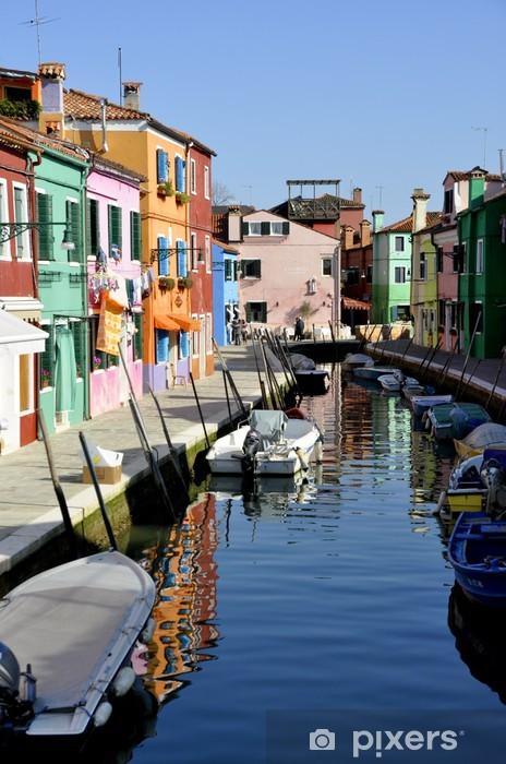 Fotomural Estándar Canal en Burano con mangueras de colores - Infraestructuras