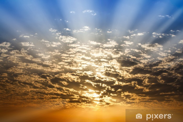 Fotobehang zonnestraal door de wolken en de blauwe hemel oranje