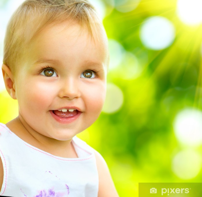 Fototapeta winylowa Mała dziewczynka Portret odkryty. Uśmiecha się cute dziecko - Niemowlęta