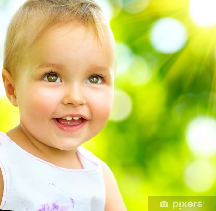 Sticker Pixerstick Petit bébé Portrait en plein air. Enfant de sourire mignon - Bébés