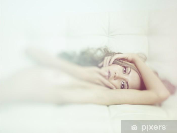 Naklejka Pixerstick Zmysłowa kobieta w łóżku - Uroda i pielęgnacja ciała