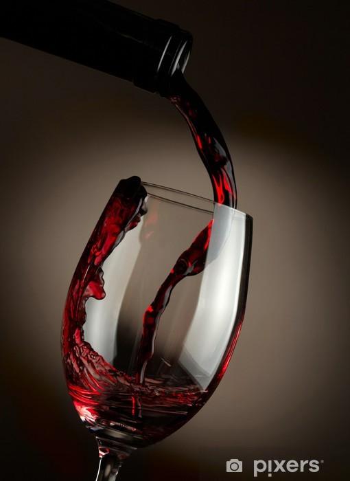 Vinyl Fotobehang Rode wijn het gieten in glas over donkere achtergrond - Thema's