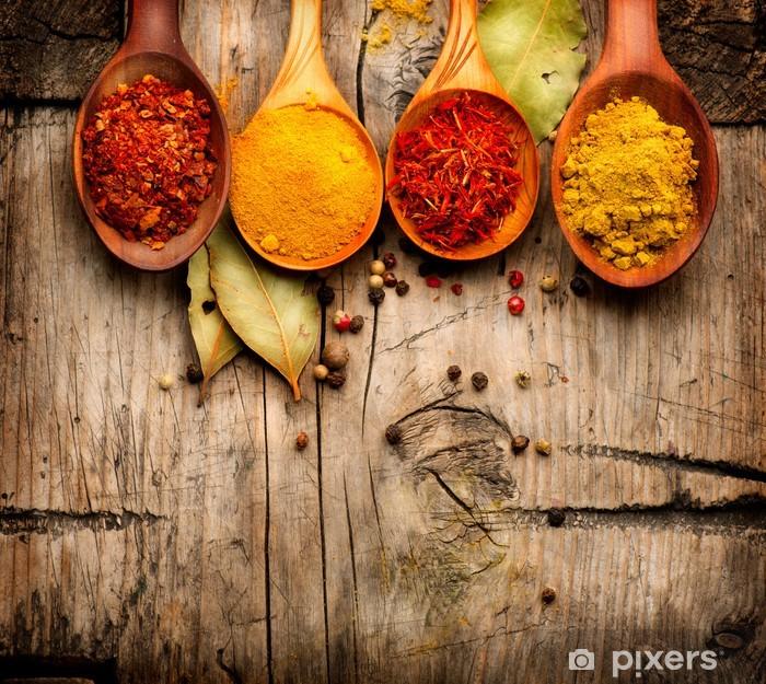 Plakat w ramie Przyprawy. Curry, szafran, kurkuma, cynamon na drewnie - Do kuchni