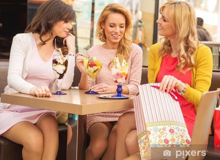 Vinylová fototapeta Atraktivní dámy v nákupním centru - Vinylová fototapeta