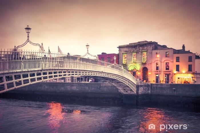 Sticker Pixerstick Vintage style historique Ha'penny Bridge, Dublin en Irlande, au crépuscule - Thèmes