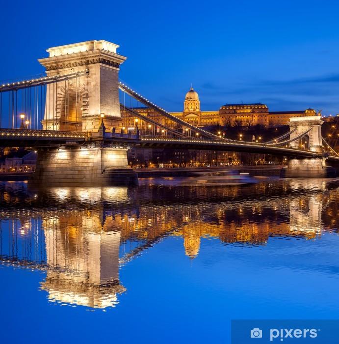 Vinilo Pixerstick Budapest castillo y puente de cadena en la noche, Hungría - Europa