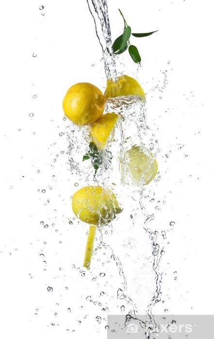 Fototapeta winylowa Kawałki cytryny w plusk wody - Owoce