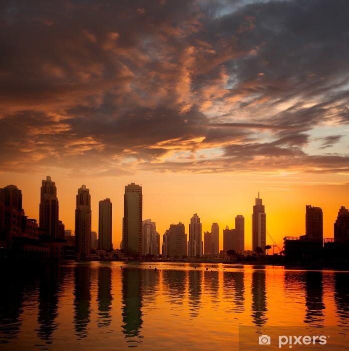 Fotomural Estándar La ciudad de Dubai con los rascacielos contra la puesta del sol los Emiratos Árabes Unidos - Oriente Medio