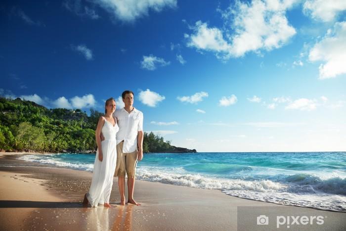 4aaa597885c Fototapeta Muž a žena romantický pár na tropickou pláž • Pixers ...