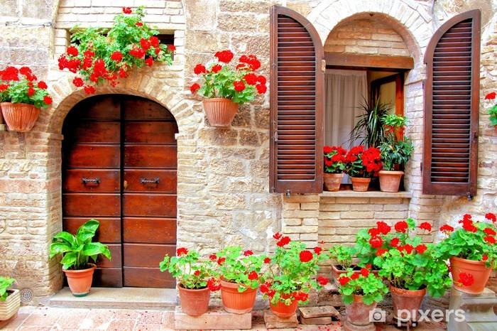 Vinilo Pixerstick Frente de la casa italiana con macetas de flores de colores - Temas